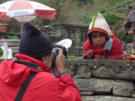 Inder fotografiert Nepali Kind